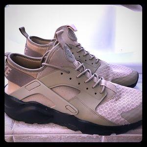 Men's Nike Huarache size 10. Beige. Like new